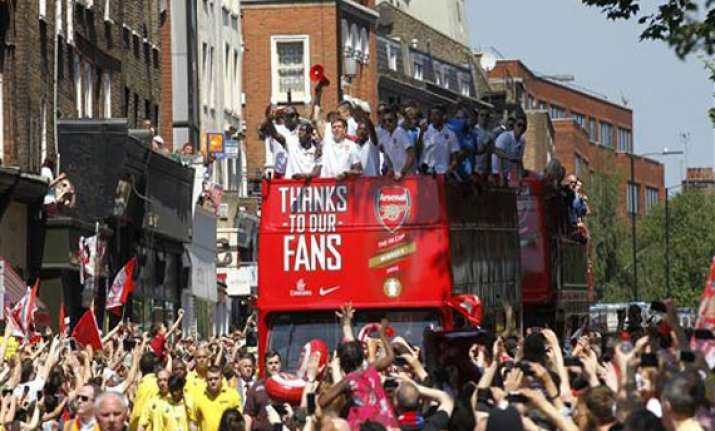 arsenal fans celebrate fa cup win with parade