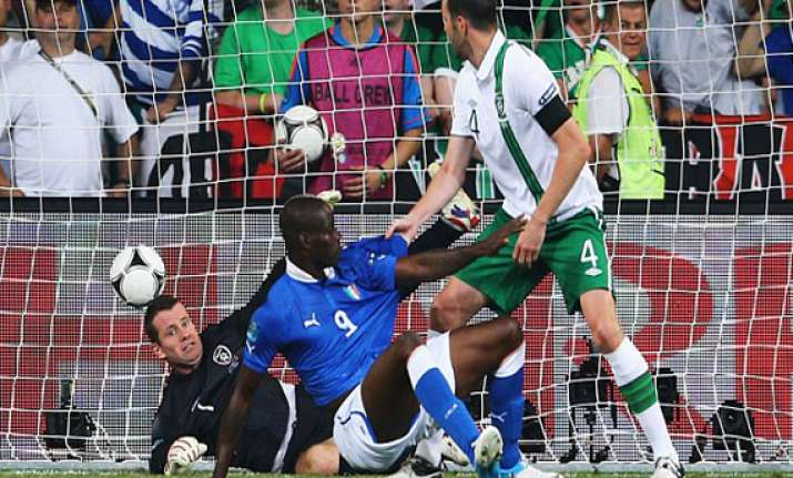 balotelli shines as italy enters quarterfinals