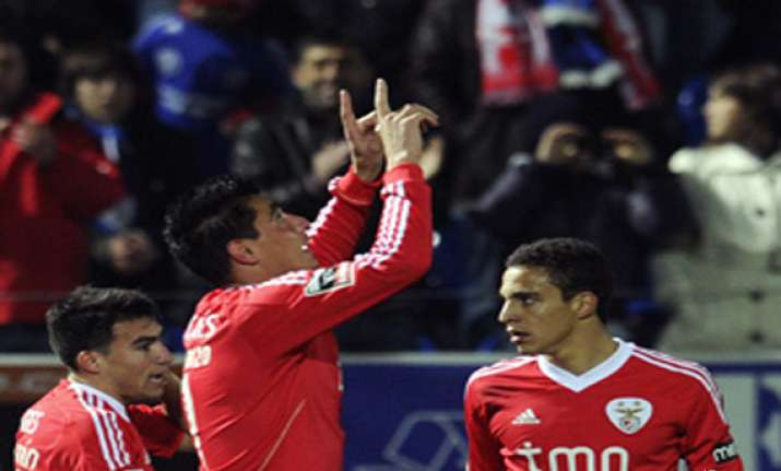 benfica wins 2 1 at feirense in portugal