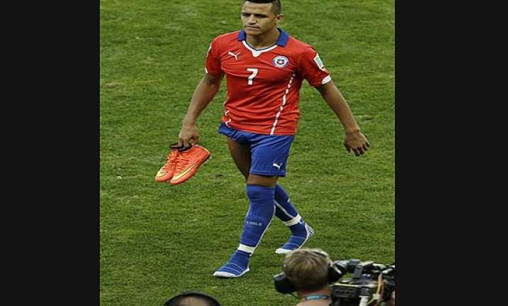 chile star sanchez leaves barcelona for arsenal