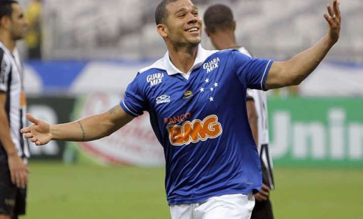 cruzeiro beats inter takes brazilian league lead