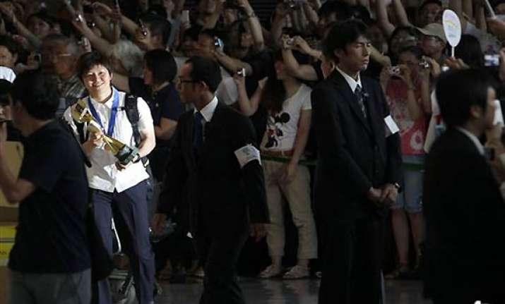 fans give nadeshiko japan a hero s welcome