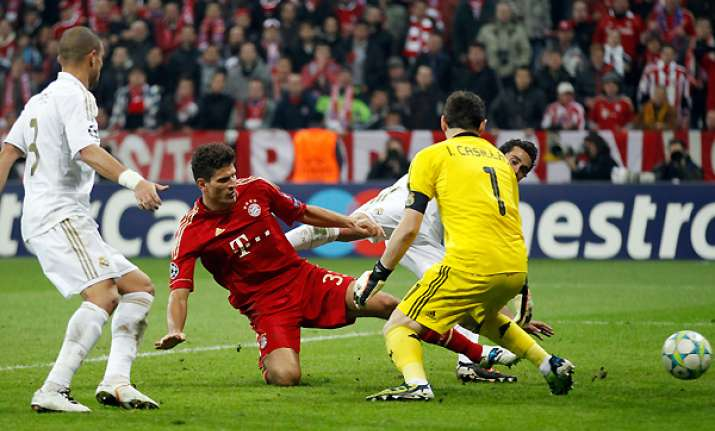 gomez s late goal leads bayern past real