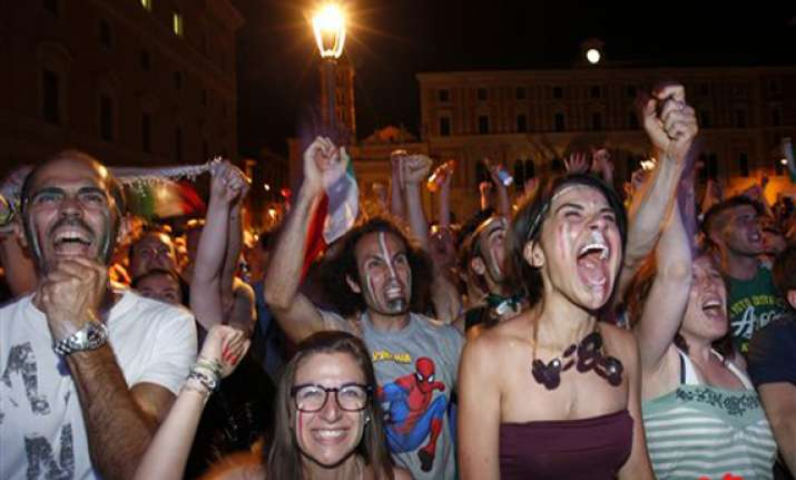 italy fans celebrate victory over england