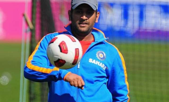 dhoni congratulates chennaiyin fc after winning their isl