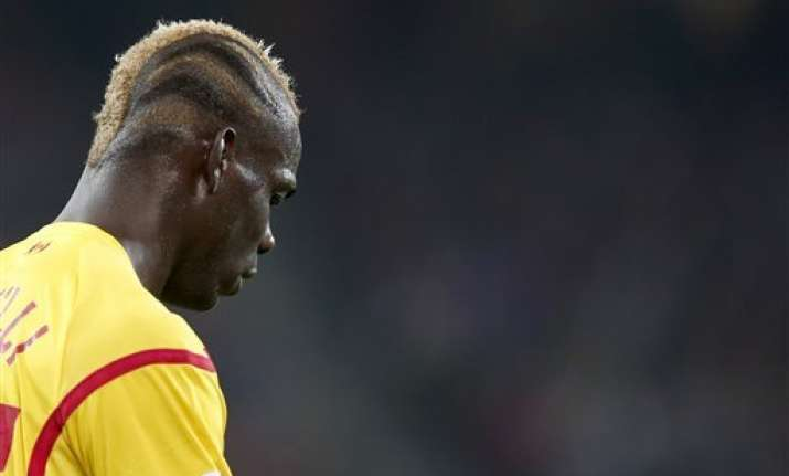 italy coach conte plays down dropping balotelli