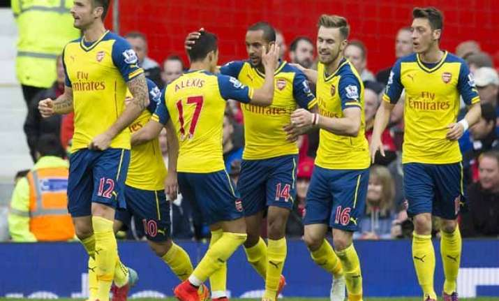 arsenal relies on late own goal to draw 1 1 at man united