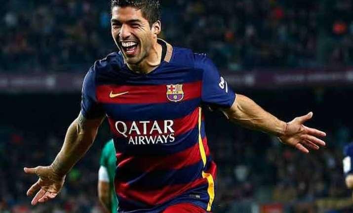 luis suarez scores hat trick as barcelona keeps pace with