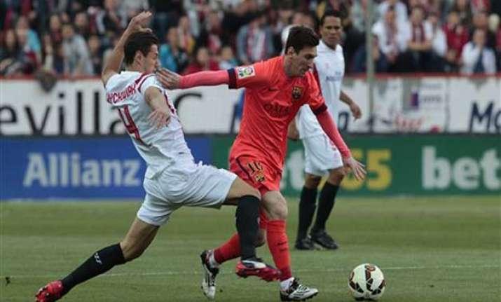 barcelona stumbles 2 2 at sevilla madrid cuts lead with win