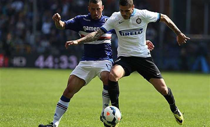 inter milan beats 10 man sampdoria 4 0 in serie a