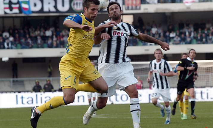 juventus stays top with 0 0 draw at chievo
