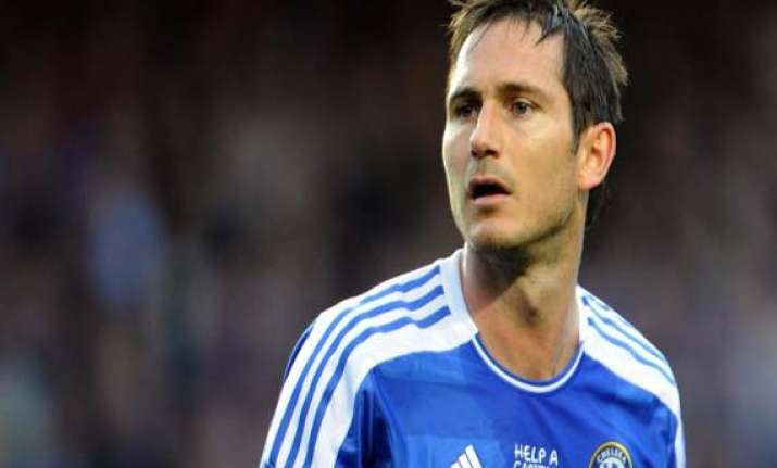 lampard rescues chelsea in 2 1 win at everton