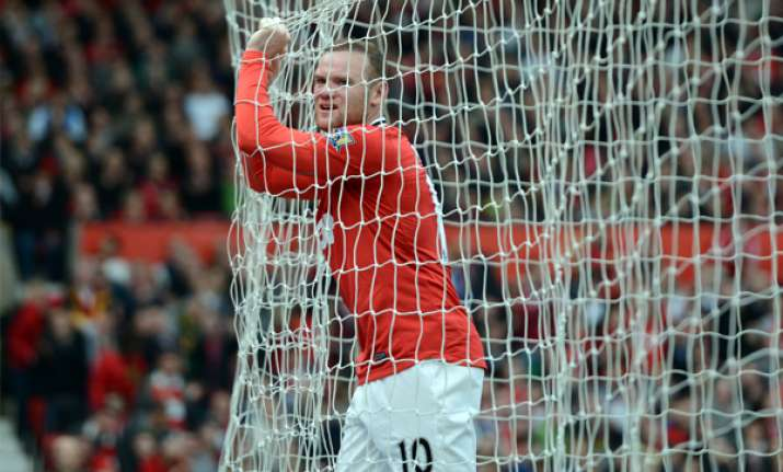 man united beats swansea 2 0 to stay in title race