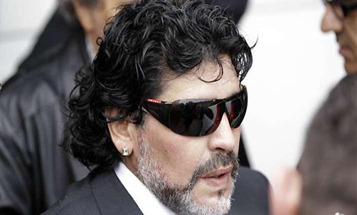 maradona receives condolences from rival coach
