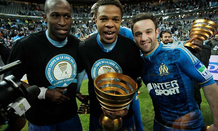 marseille lifts league cup after edging lyon