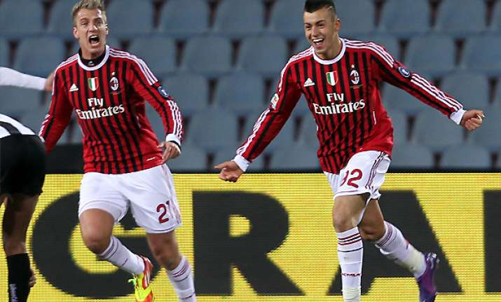 milan top after 2 1 win at udinese in serie a