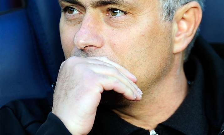 mourinho gets 1st win at barcelona in 10th try