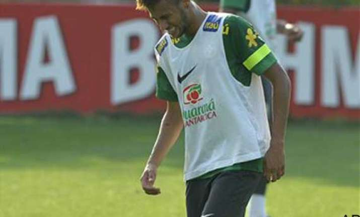 neymar hurt in practice but should play friendly