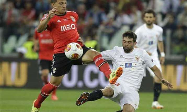 sevilla beats benfica in europa lge on penalties