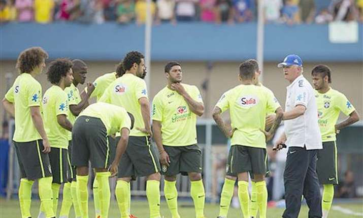 world cup thousands show up for brazil s training session