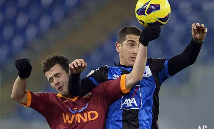 10 man roma beats atalanta 3 0 in italian cup