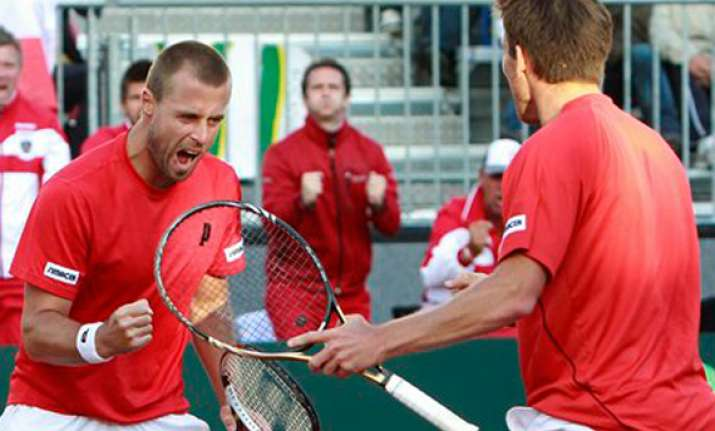 austria wins doubles to reduce spain s lead to 2 1