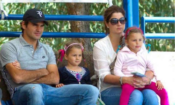 federer withdraws from madrid to be with family