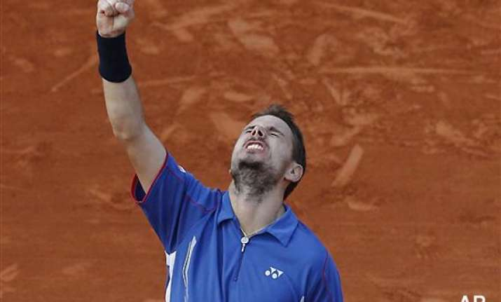 french open wawrinka fights back to reach quarters