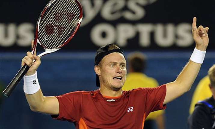hewitt beats raonic to move into 4th round