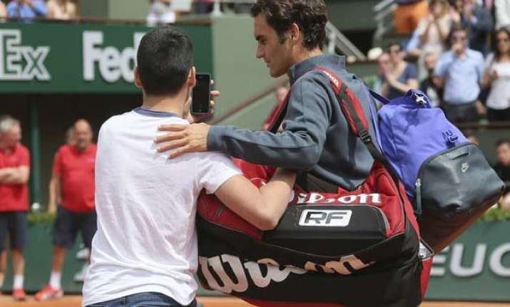 roger federer fumes about selfie seeker at french open