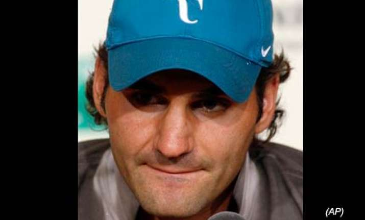 federer eases past fall to make quarterfinals