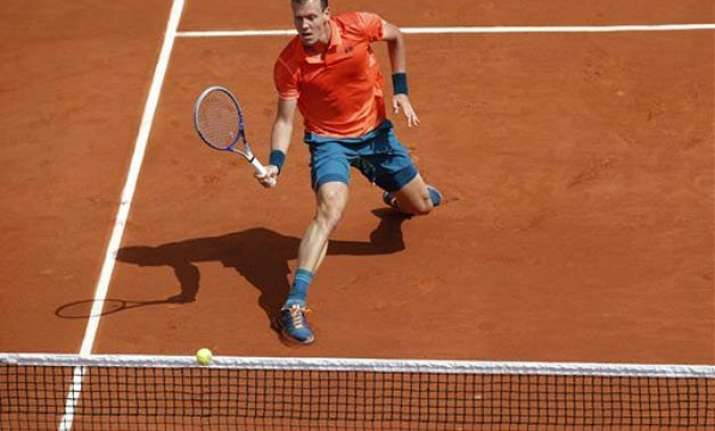 tomas berdych breezes past japanese qualifier at french open