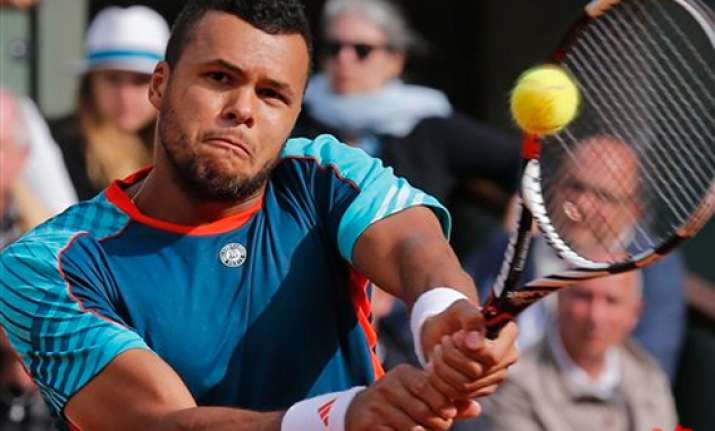 tsonga returns wraps up match at french open