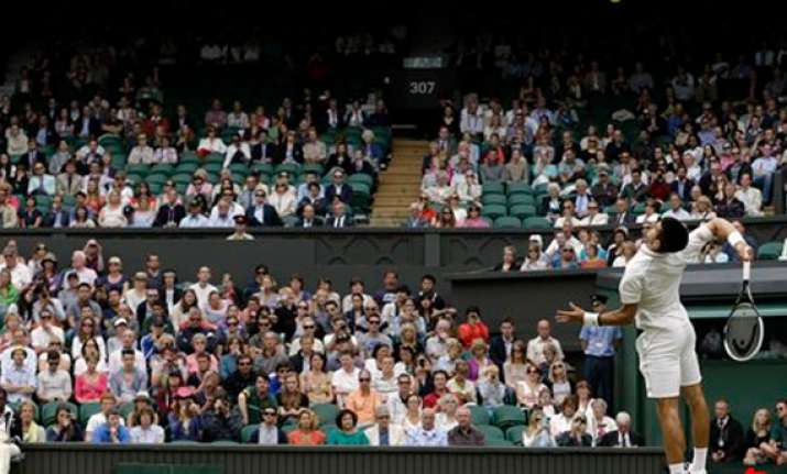 use of wimbledon roof has some players bewildered