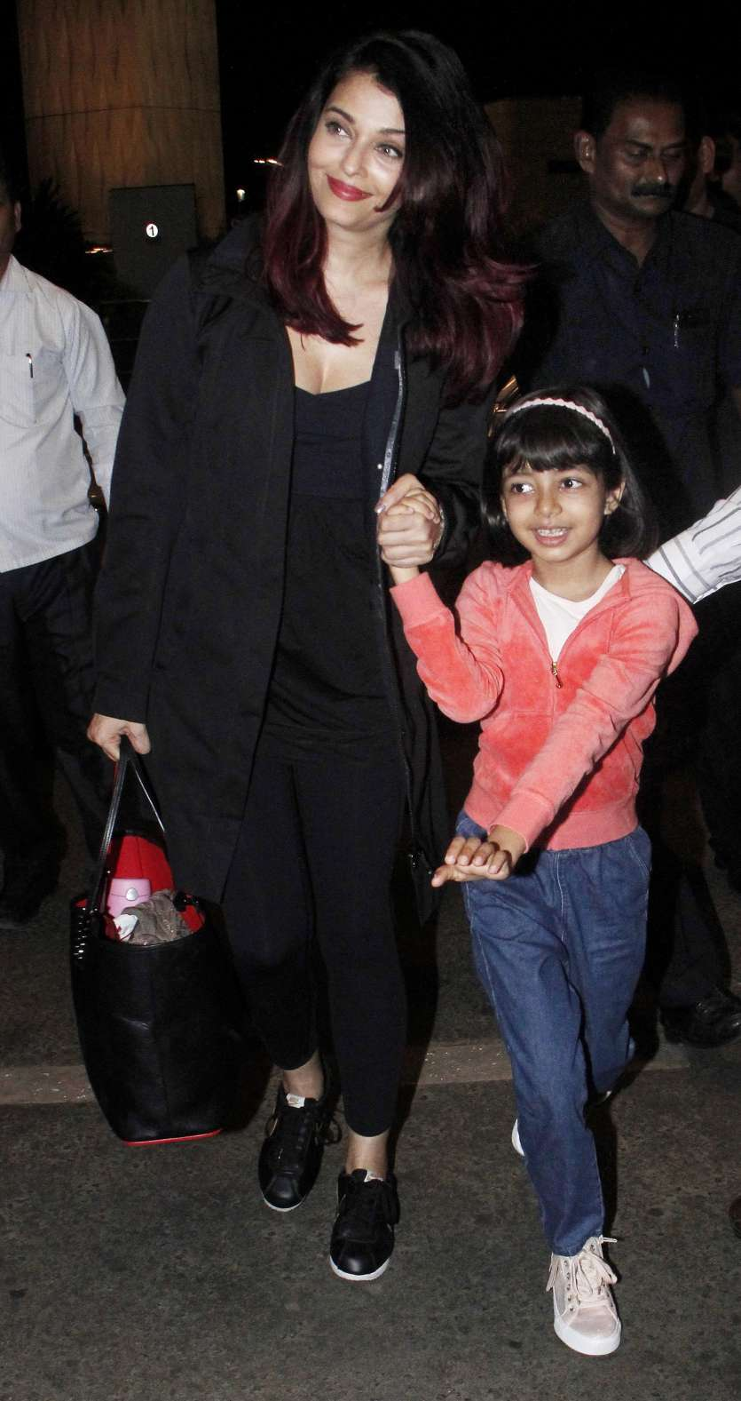 Aaradhya is chatty and chirpy with mom Aishwarya Rai Bachchan and the pics  are just adorable