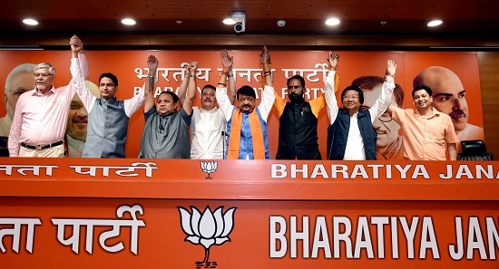India Tv - BJP Gen Secy Kailash Vijayvargiya with leaders of Gorkha Janmukti Morcha and Gorkha National Liberation Front pose for a group photo to support BJP in Darjeeling in upcoming Lok Sabha elections in New Delhi