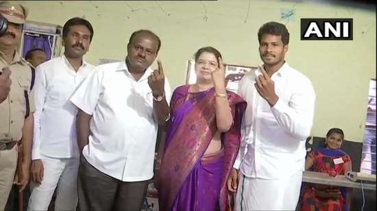 India Tv - Karnataka CM Kumaraswamy, wife, son cast their votes