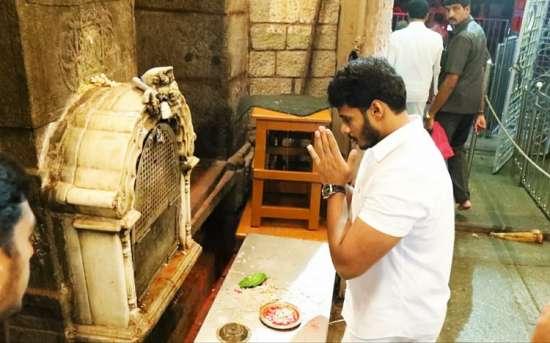 India Tv - Nikhil Kumaraswamy offers prayers