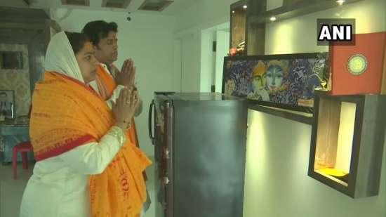 India Tv - RaviKishan offers prayers in Gorakhpur