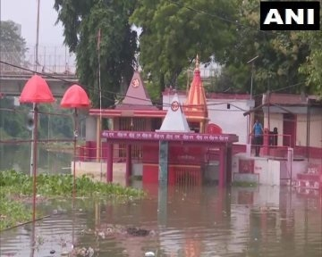 India Tv - Low lying areas in Varanasi flooded due to rise in Ganga water level