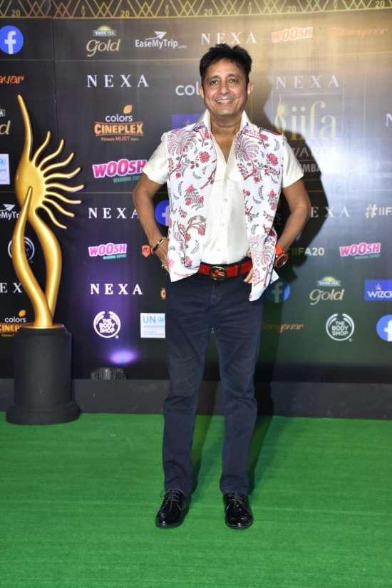India Tv - IIFA Awards 2019: Vicky Kaushal, Rahul Bose walk down the lane of green carpet