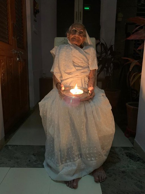 India Tv - 9 pm, 9 minutes: PM Modi's mother lights earthen l