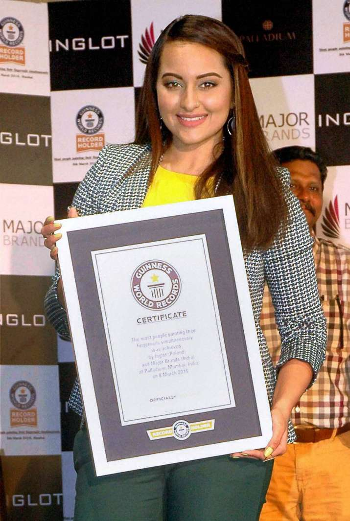 India Tv - sonakshi sinha with the certificate