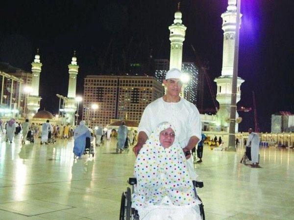 India Tv - Aamir Khan with mother Zeenat Hussain at Mecca