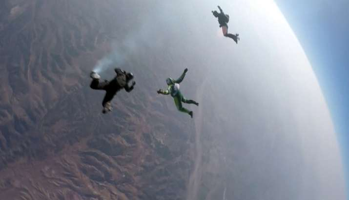 Luke Aikins makes history by jumping from 25,000 feet