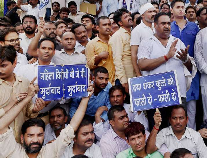 BSP workers protest against Dayashankar Singh in Lucknow