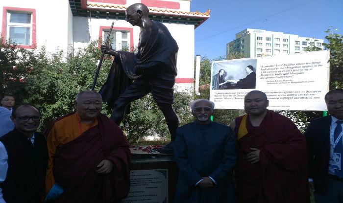 VP Ansari inaugurating Gandhi statue