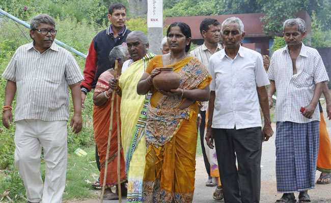 India Tv - Muslim woman cremates Hindu man