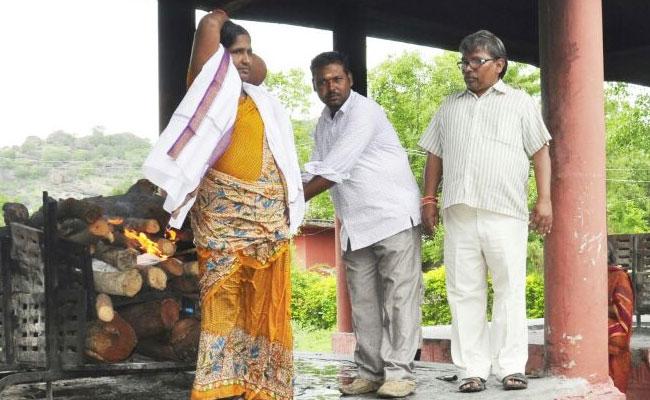 Muslim woman cremates Hindu man