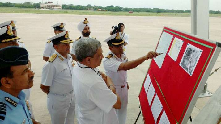Manohar Parrikar being briefed on the search operations of